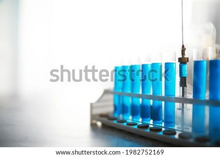 Test tube of glass overflows new liquid solution potassium blue conducts an analysis reaction takes various versions reagents using chemical pharmaceutics cancer manufacturing . Foto stock ©