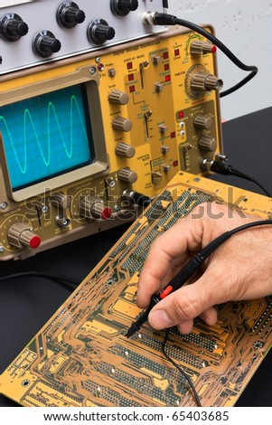 Testing electronic card with oscilloscope - repair electronics components - electronics services laboratory