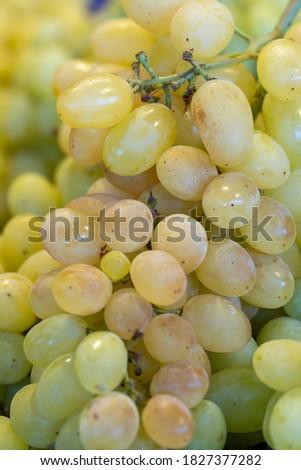 Tezgah üstü taze üzüm, arka plan olarak kullanılabilir Stok fotoğraf ©