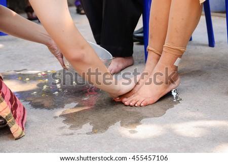 S has has feet think
