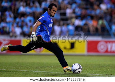 THAILAND-Jun22:Puthasas Boonpok of samutsongkhram fc during in Thai Premier League between samutsongkhram fc and Chonburi F.C.at Samut Songkhram Stadium on June22,2013 in Samutsongkram, Thailand.