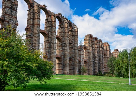 The Acueducto de los Milagros, Miraculous Aqueduct in Merida, Extremadura, Spain is a ruined Roman aqueduct bridge, part of the aqueduct built to supply water to the Roman colony of Emerita Augusta Foto stock ©