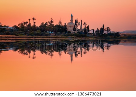 The ancient mosque Hala Sultan Tekkes on the shore of the salt lake in Larnaca, Cyprus during the sunset Stok fotoğraf ©