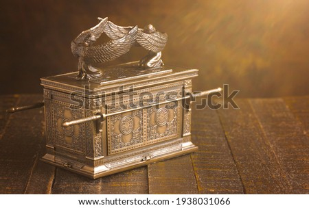 The Ark of the Covenant  in Dramatic Sunlight Foto stock ©