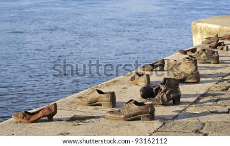 The artful Jewish war memorial 'Cip?k a Duna-parton' at the river Danube in Budapest in Hungary Stock fotó ©