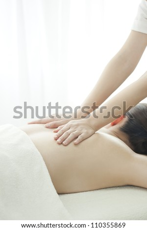 The beautician who massages the back