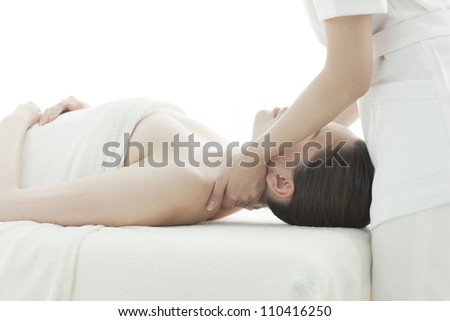 The beautician who massages the shoulder