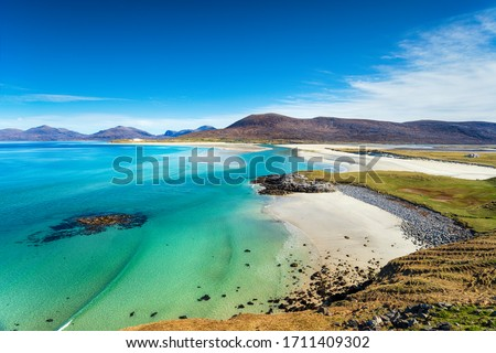 The beautiful sandy beach and clear turquoise sea at Seilebost on the isle of Harris in the Western isles of Scotland Foto stock ©