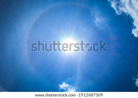 The beauty of the sun that emits a fiery glow that forms circles Foto stock ©