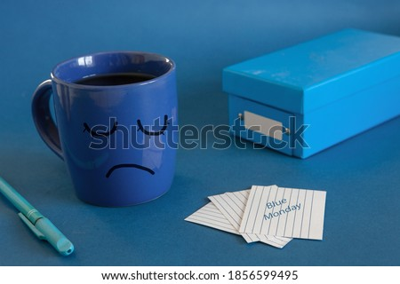 The beginning of the working day on blue Monday. Cup of tea, alarm clock and a note with the text Blue Monday. The most depressed day of the year Foto stock ©