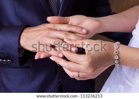 The bride dresses a wedding ring to the husband