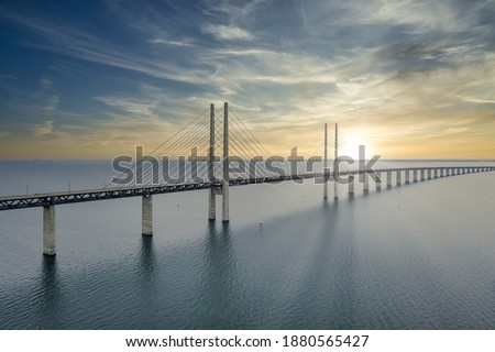 The bridge between Denmark and Sweden, Oresundsbron. Aerial view of the bridge during cloudy stormy weather. Foto stock ©