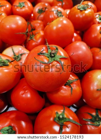 The bright red tomatoes in the supermarket are vegetables that can be used to make many kinds of food, sour taste