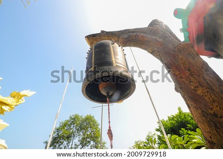 The Buddhist bell hanging against the clear blue sky at midday in Thailand Buddhist Shrine Nam Hai Kwan Se Im Pu Sa Vihara Sukabumi, Indonesia. Stok fotoğraf ©