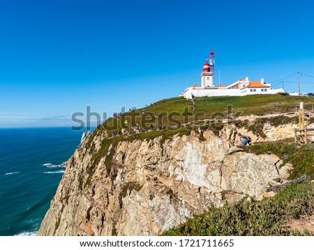 The building complex of 'Farol do Cabo da Roca', seen from a distance, Cabo da Roca, Sintra, Portugal Foto stock ©