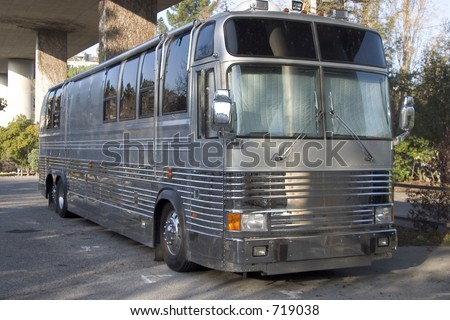 A barra-ônibus para uma faixa da rocha esconde abaixo de um overpassdo freeway.