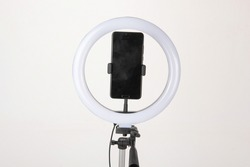 The camera fill light for the phone is mounted on a tripod, which is a device for shooting vlogs and doing live broadcasts.