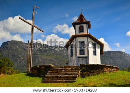 The Capela de Santa Quitéria chapel and the Serra do Caraça mountain range, Catas Altas town, Minas Gerais, Brazil Foto stock ©
