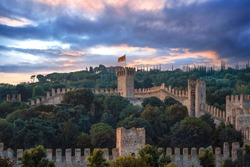 The castle that dominates the city of Este is made up of large main towers and a mighty city wall, about one kilometer long, which embraces the extreme southern offshoot of the Euganean Hills.