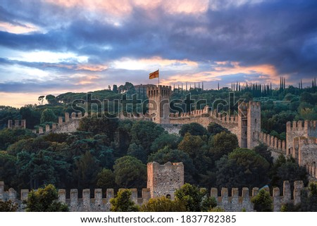 The castle that dominates the city of Este is made up of large main towers and a mighty city wall, about one kilometer long, which embraces the extreme southern offshoot of the Euganean Hills.  Foto d'archivio ©