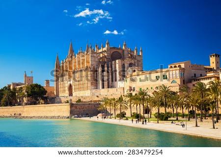 the Cathedral of Santa Maria of Palma and Parc del Mar near, Majorca, Spain Foto stock ©