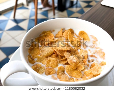The cereal breakfast with corn flakes or cornflakes and milk. #1180082032