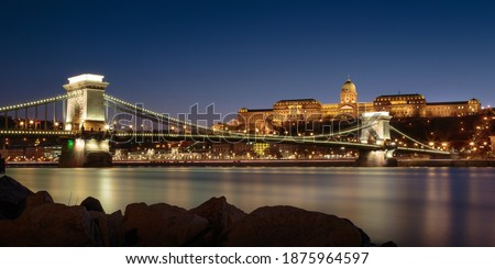 The chain bridge and Buda castle at night in Budapest, Hungary Stock fotó ©