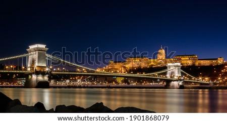 The Chain Bridge over the Danube river and the Buda Castle in Bu Foto stock ©