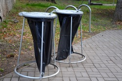 the cheapest solution for garbage cans or garbage cans used in cemeteries and concerts. throw garbage directly into a black plastic bag with a lid