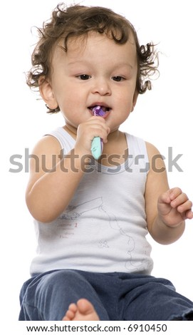 The child study to clean a teeth.