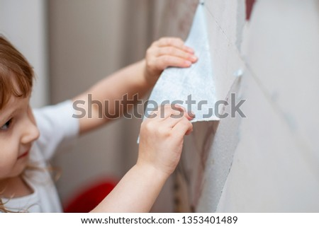 the child tears off Wallpaper, removing Wallpaper from the wall, the children help to make repairs