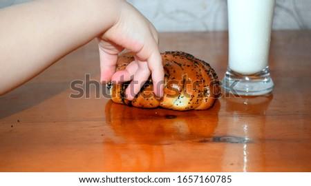 the child touches the bun