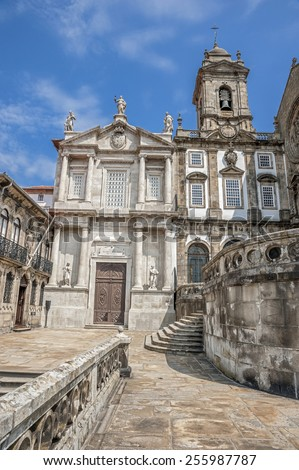 The Church of Saint Francisco , Portugal , Porto, built in the Gothic style. The western portal of the church is Baroque , decorated with columns of Solomon and the statue of St. Francisco