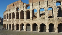 The Colosseum or Flavian Amphitheater is an amphitheater from the time of the Roman Empire, built in the 1st century. It is located in the east of the Roman Forum.