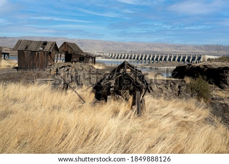 The Columbia River and The Dalles Dam and historic Indian salmon fishing shacks in The Dalles, Oregon Photo stock ©