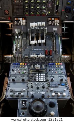 The complex throttle controls in a 747 jumbo-jet cockpit. Сток-фото ©