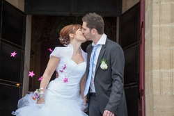 The couple married a kiss in front of their guests at the exit of the town hall