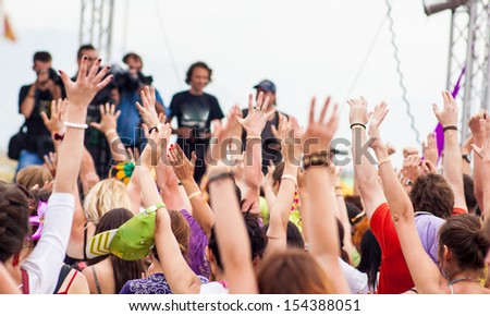 the crowd at the concert pulls his hands up 2