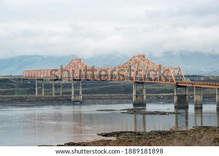 The Dalles Bridge along U.S. Route 197 (US 197) spans the Columbia River in the United States between The Dalles, Oregon and Dallesport, Washington Photo stock ©