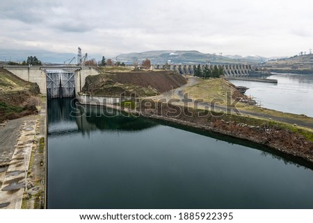 The Dalles Lock and Dam built by the U.S.  Army Corps of Engineers in the Columbia River Gorge between Lyle, WA and The Dalles, Oregon, USA. Photo stock ©