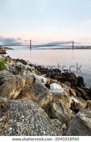 The 25 de Abril suspension bridge over Tagus river in Lisbon, Portugal Foto stock ©