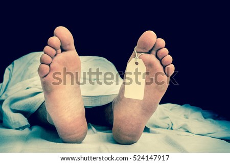 The dead man's body with blank tag on feet under white cloth in a morgue - retro style Foto stock ©