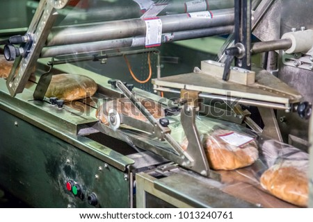 The device for packing cooked bread at the factory in process