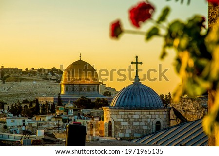 The dome of a Christian church and the dome of the rock in the setting sun Foto stock ©