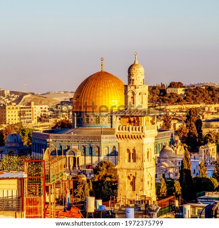 The Dome of the Rock, Islamic shrineand Al-Ghawanimah Minaret (Bani Ghanim Minaret), Temple Mount in the Old City of Jerusalem, and the rooftops of the old town houses on sunset Photo stock ©