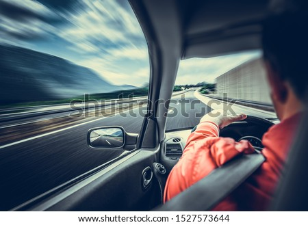 The driver of the car rushes along the highway. View from the inside of the car cab. Foto stock ©