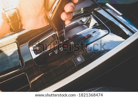 The driver's hand moved the gear selector to the neutral (N) mode of the automatic transmission in the car Photo stock ©