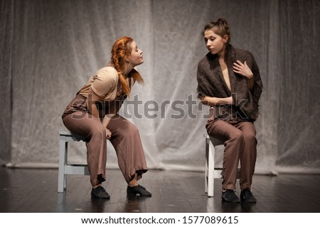 The duet of the actress girl plays a modern lyrical performance of the show on the stage of the theater Stock fotó ©