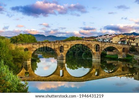 The Early Blue Hour on a Cloudy Evening over the Iconic Bridge in Puente la Reina, along the French Way of St James Camino de Santiago Pilgrim Trail Foto stock ©