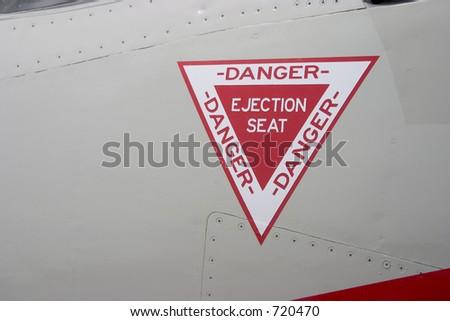 La alerta del asiento eyectable en el exterior de un jet delcombatiente.